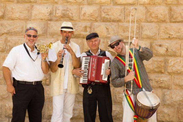 כליזמרים ירושלמים עם מוסיקה צוענית עממית